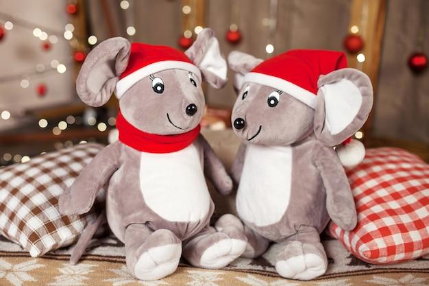 Мягкие игрушки серые крысы на рождество. символ нового 2020 года по китайскому гороскопу.