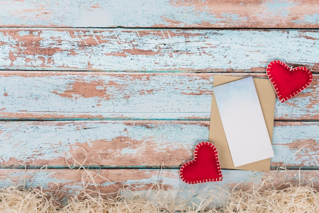 Мягкая игрушка сердечки с бумагой на столе