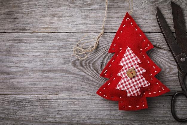 복사 공간이 있는 손으로 만든 크리스마스 휴가용 펠트로 만든 부드러운 장난감