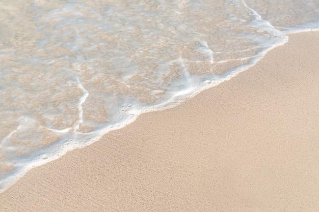 砂浜の海の柔らかい波。