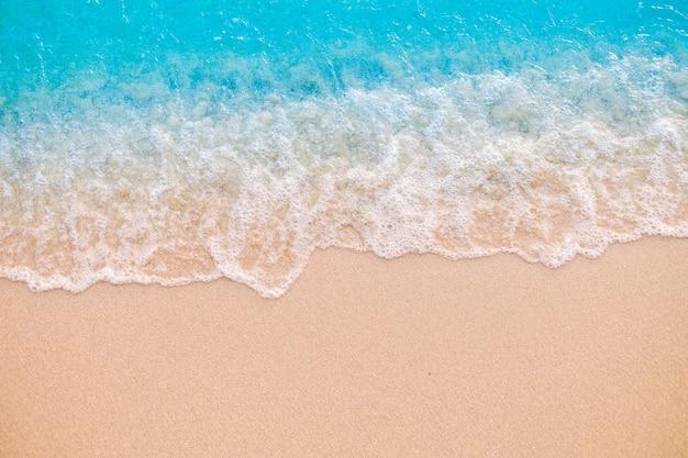 모래 해변에서 부드러운 파도입니다. 배경.