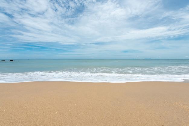 모래 해변에서 부드러운 파도