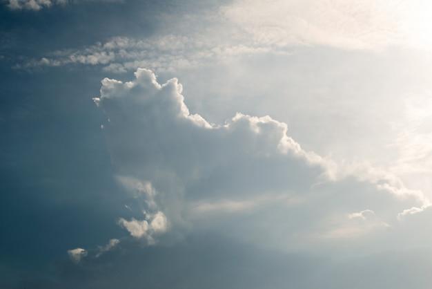 Мягкие белые облака в голубом небе, голубом небе и предпосылке облаков.