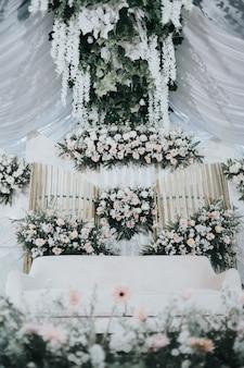 柔らかな白い結婚式の装飾モダンなミニマリスト