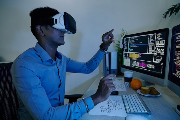彼が取り組んでいた新しいアプリケーションをテストするvrヘッドセットのソフトウェア開発者