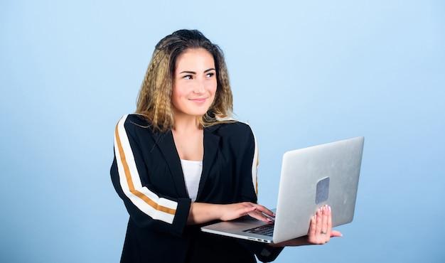 Разработчик программного обеспечения удаленная работа в интернете девушка с портативным компьютером разработчик пишет код