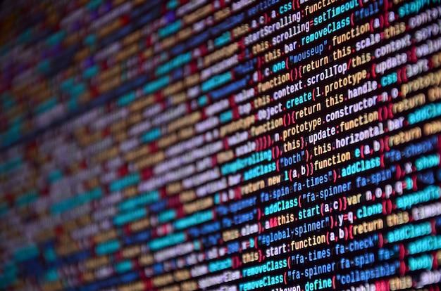 コンピュータ上のソフトウェア開発者プログラミングコード。
