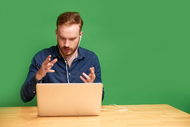 Разработчик программного обеспечения видео звонит коллеге