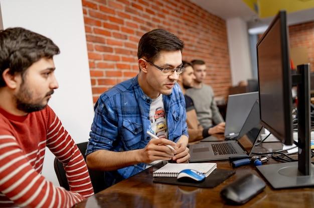 Инженеры-программисты, работающие над проектами и программированием в компании. дизайн сайта. концепция мозгового штурма.
