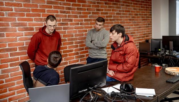 プロジェクトに取り組んでいるソフトウェア エンジニア