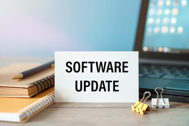 소프트웨어 업데이트-컴퓨터가 테이블에있는 카드의 비문