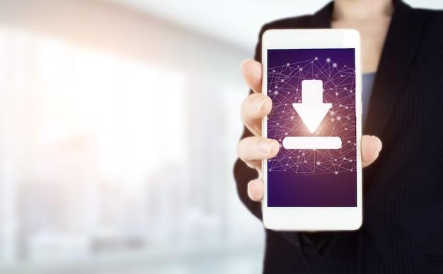 소프트웨어 업데이트 설치 업그레이드 데이터 개념입니다. 디지털 홀로그램 다운로드가 있는 흰색 스마트폰을 손에 들고, 빛에 데이터 표시가 흐릿하게 표시됩니다. 데이터 스토리지 비즈니스 기술 네트워크를 다운로드하십시오.