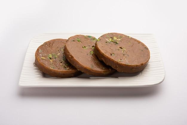 Sohan halwa 또는 halva, 인도 ajmer의 인기 있는 달콤한 요리법. 접시에 제공