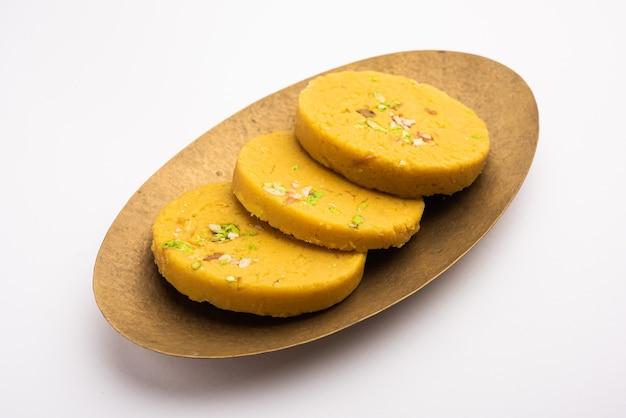 Сохан халва или халва, популярный сладкий рецепт из аджмера, индия. подается в тарелке