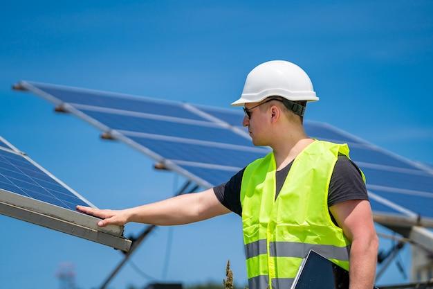 태양광 기지 엔지니어는 태양광 발전소의 계획 및 유지 관리에 대해 논의합니다.