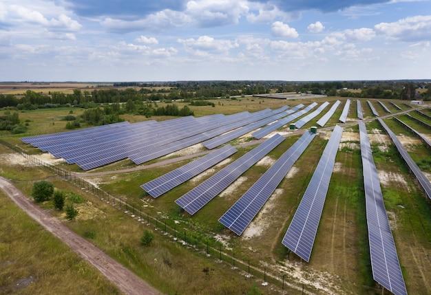 太陽電池ステーション。ソーラーパネルのドローンビュー。