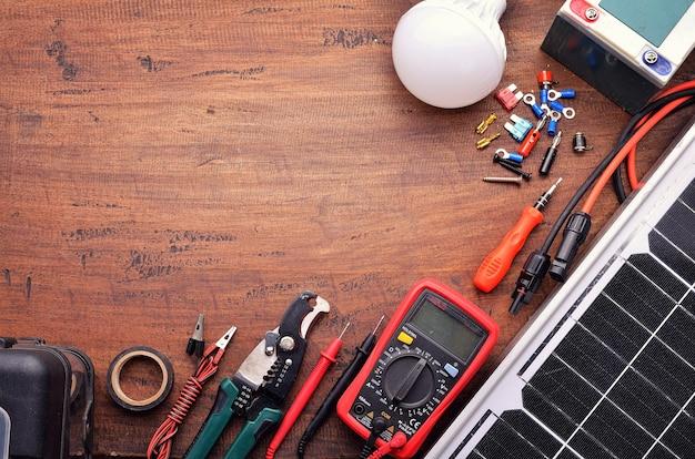 グリーンビルディングと省エネコンセプトのための太陽電池パネルとツール機器。木製の背景に。上面図