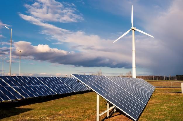 푸른 하늘 아래 태양 전지 공장과 풍력 발전기