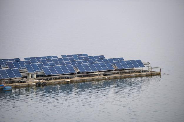 Панель солнечных батарей возобновляемой энергии, плавающей на плотине