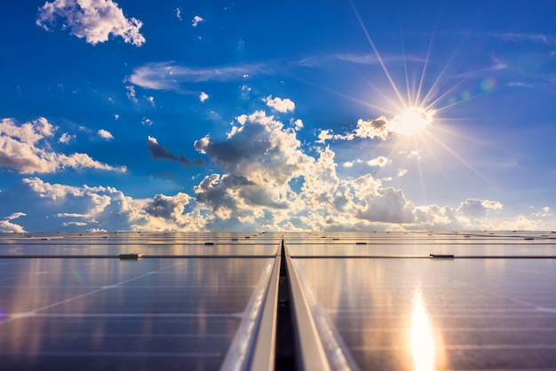햇빛을 배경으로 하는 태양 전지 녹색 에너지 또는 안전한 에너지 태양광 발전소