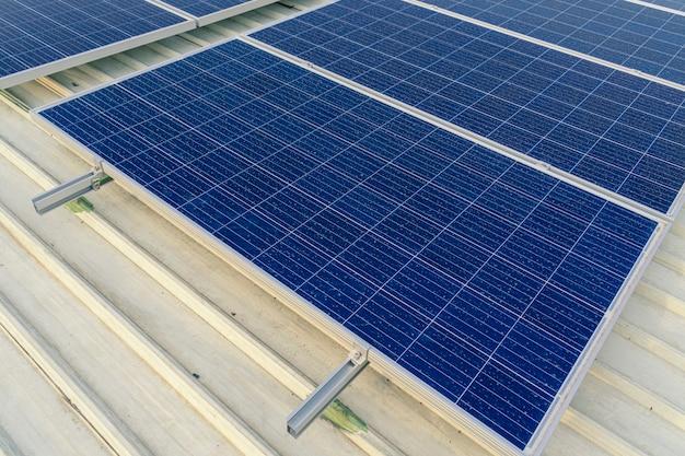 大きなビルの屋上に設置された太陽電池パネルは、ゴミやホコリだらけ。