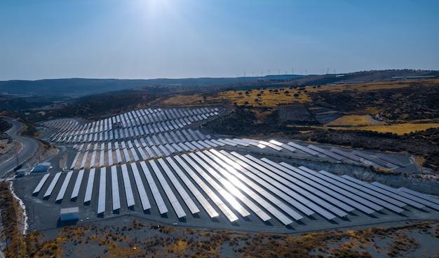 키프로스 피수리의 깨끗한 생태 에너지 생산을 위한 패널이 있는 태양광 전기 농장