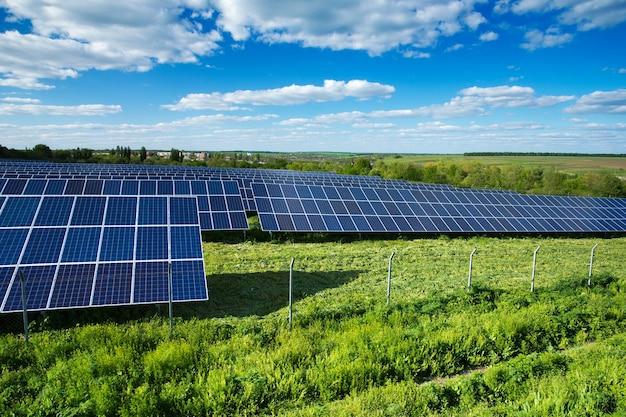 맑은 하늘에 대 한 태양 에너지 패널