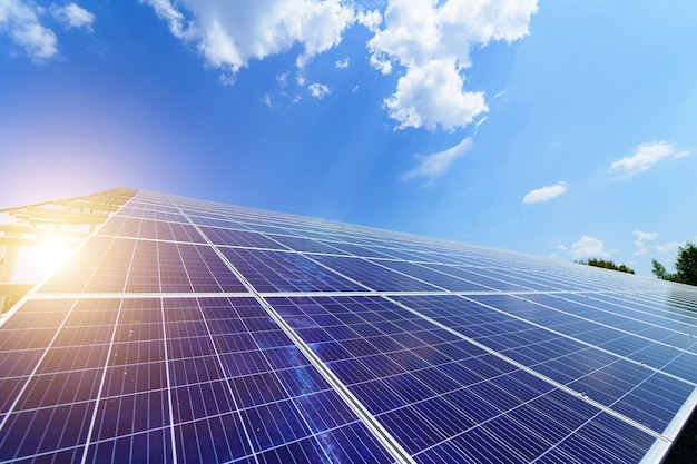 太陽エネルギーパネル。太陽光発電システム。太陽光発電所。生態学的な再生可能エネルギーの源。