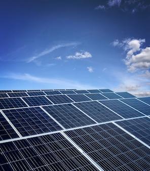 Электростанция солнечной энергии над красивым облачным небом. место для текста.