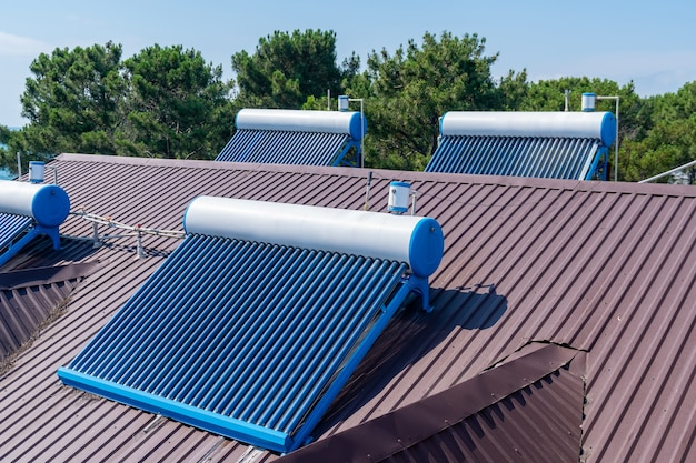 지붕에 설치된 태양 광 유리관 온수 패널 어레이, 기술.