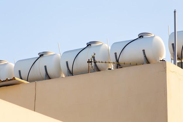 Солнечная система горячего водоснабжения. солнечный обогреватель для зеленой энергии. современные панели для горячей воды в доме
