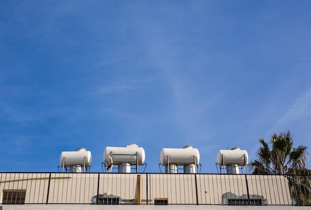 태양열 온수 시스템. 녹색 에너지를 위한 태양열 히터. 집에 현대적인 온수 패널