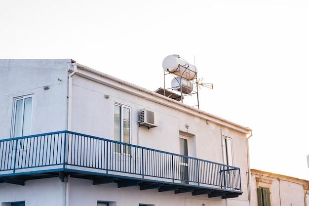 태양열 온수 시스템. 옥상에 태양열 온수 시스템. 프리미엄 사진