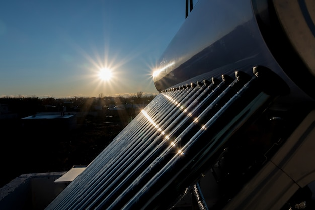 석양의 태양열 온수 탱크