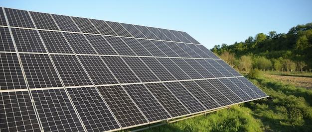 푸른 하늘 배경에 태양 전지 패널입니다. 태양 광, 대체 전기 소스. 지속 가능한 자원에 대한 아이디어 대체 전력 에너지 개념 푸른 잔디에 태양 농장입니다.