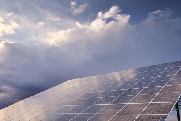 흐린 하늘에 대 한 태양 전지 패널