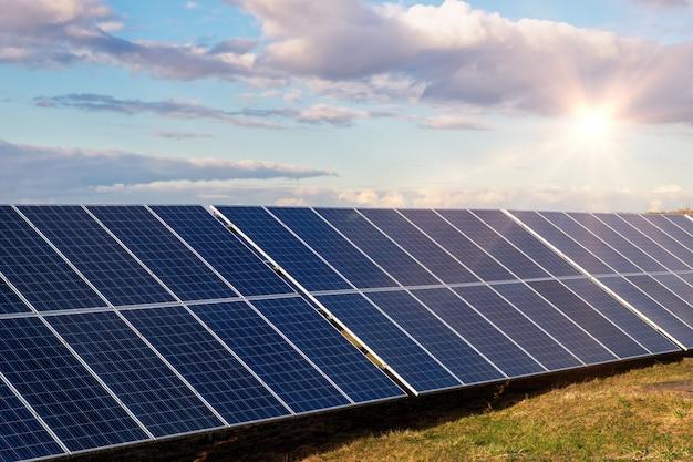 Солнечные панели, альтернативные возобновляемые источники энергии из природных - концепция устойчивых ресурсов
