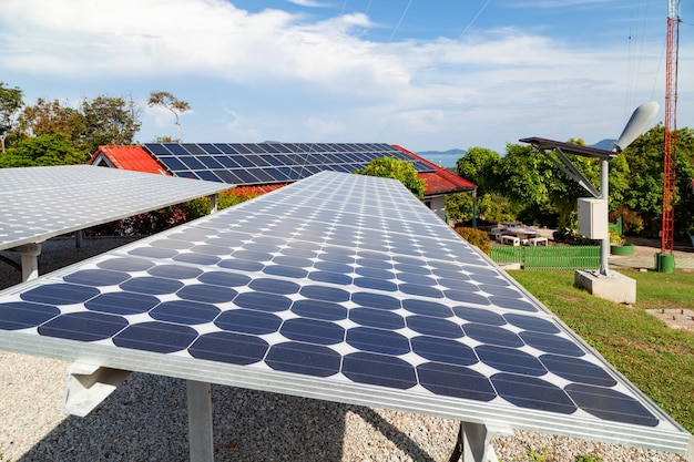 ソーラーパネルと太陽エネルギーパネルの青い空と日光エコロジーのコンセプト。
