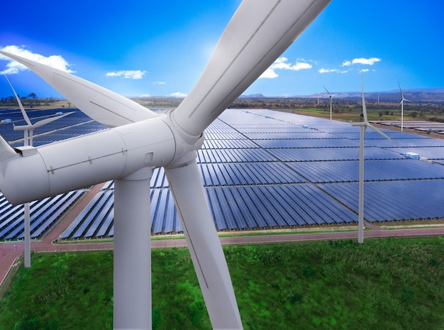 Панели солнечных батарей и ветротурбинная ферма экологически чистой энергии.