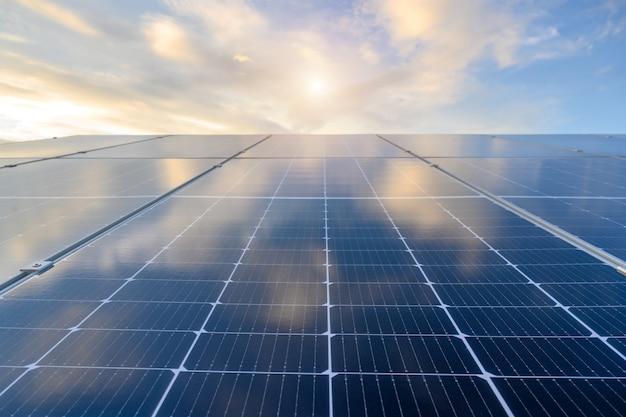 Солнечная панель на фотоэлектрической электростанции работают над накоплением солнечной энергии с красивым голубым небом в промышленности.