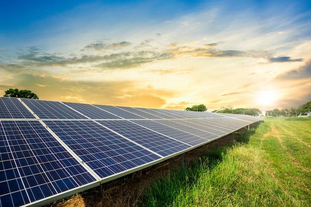 劇的な夕焼け空の太陽電池パネルセル、クリーンな代替電力エネルギーの概念。