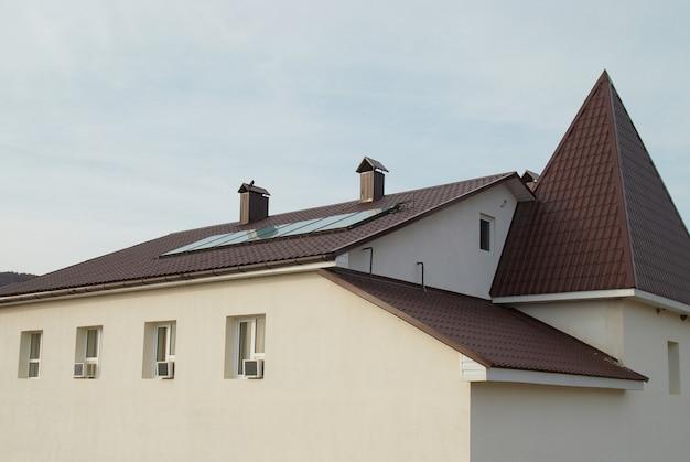 家の屋根のソーラーパネル(ジェリオシステム)。