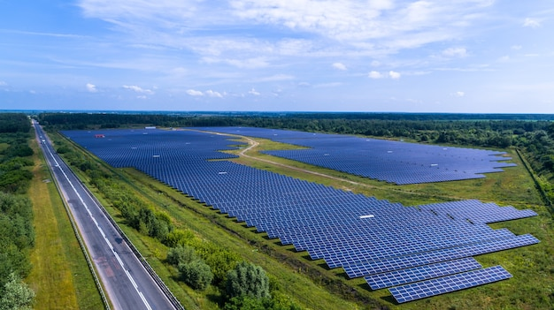 Солнечная панель зеленая фабрика поле альтернативная энергия аэрофотоснимок.