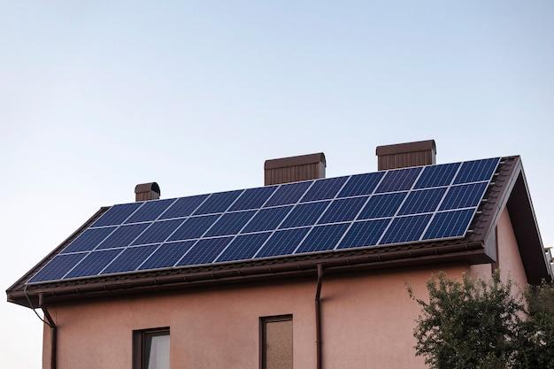 Дом с солнечными батареями дом с энергией от солнечных батарей Premium Фотографии