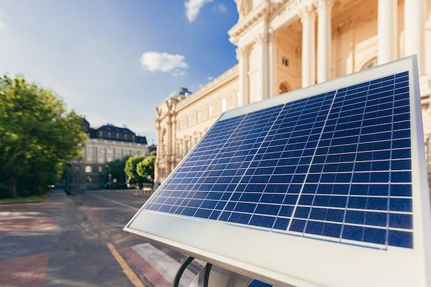 전기 스쿠터 및 전기 자전거를 충전하는 도시의 태양 전지 패널