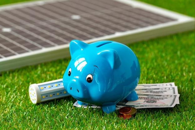 태양 전지 패널 모델 및 저금통을 닫습니다.