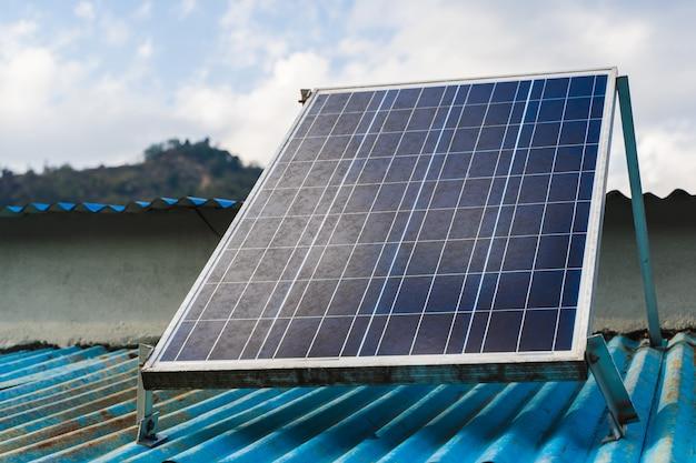 Солнечная панель на крыше дома. зеленые и экологически чистые источники энергии. запасное фото