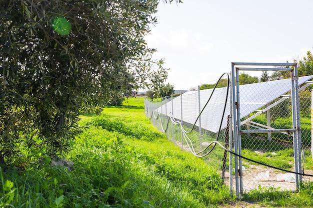 Солнечная панель производит зеленую, экологически чистую энергию солнца. Premium Фотографии