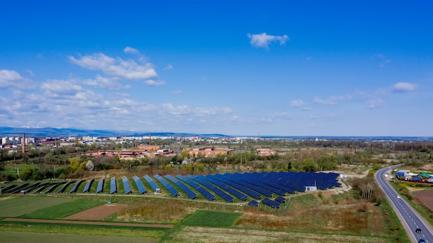 Солнечная панель производит экологически чистую энергию.