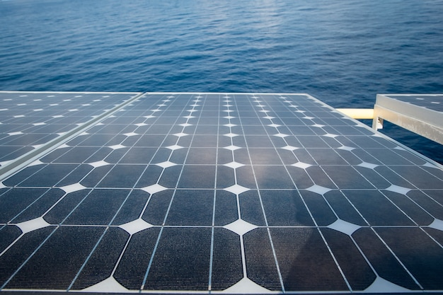 근해에서 태양광 패널 재생 가능한 전기 사용.